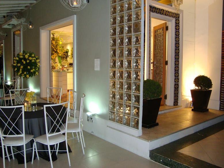 decoracao amarelo branco e preto: branco nos detalhes e móveis, amarelo só nas flores e abusaram das